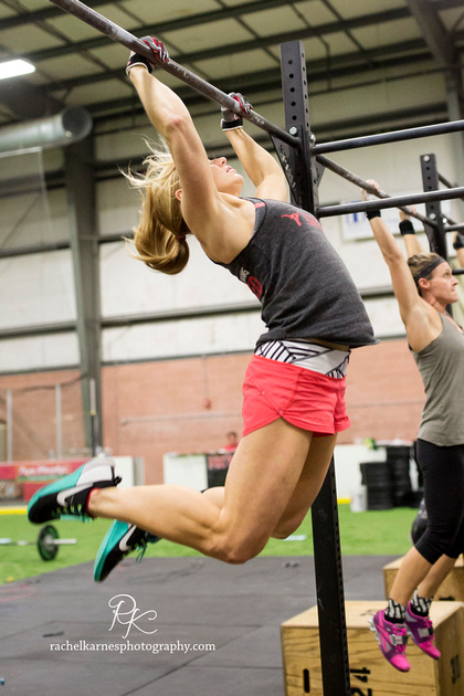 female-athlete-doing-chest-to-bar-pullups-at-Crossfit-Williamaburg