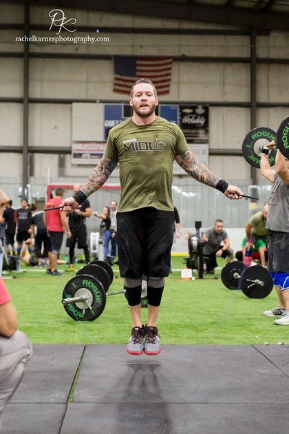 male-althete-doing-double-unders-at-crossfit-competition