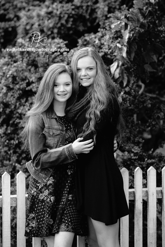 Sisters-portrait-in-Colonial-Willaimsburg (2)