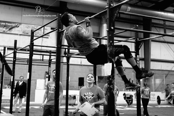 man-doing-pullups-at-crossfit-williamsburg-competition